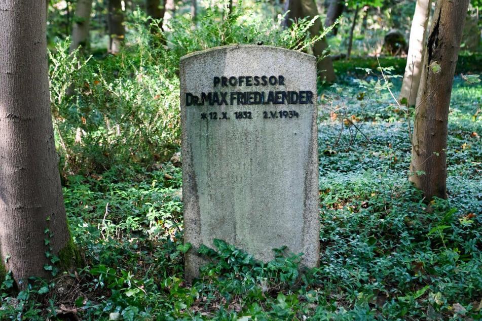 Das Grabmal des jüdischstämmigen Musikwissenschaftlers Dr. Max Friedlaender (1852-1934) auf dem Südwestkirchhof Stahnsdorf. Am Fuße des Grabsteins ist am vergangenen Freitag die Urne des Holocaust-Leugners Henry H. (†49) beigesetzt worden.
