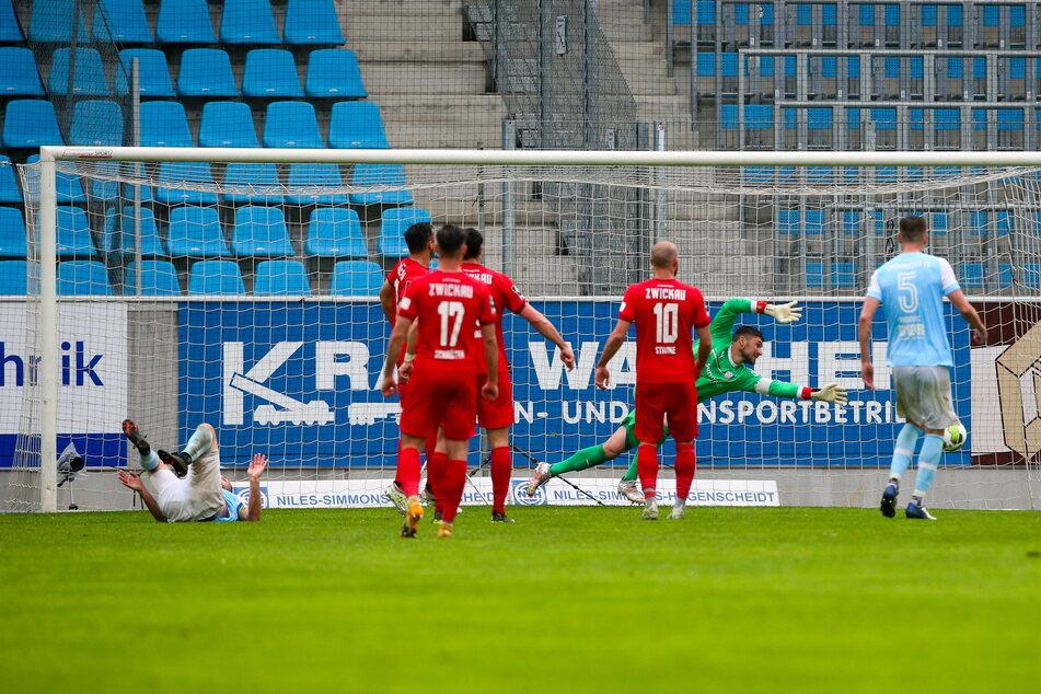 Tobias Müller (27,l., am Boden) köpfte am Mittwoch das 2:2 für den Chemnitzer FC. Mal wieder knipste er dem FSV Zwickau das Licht aus.