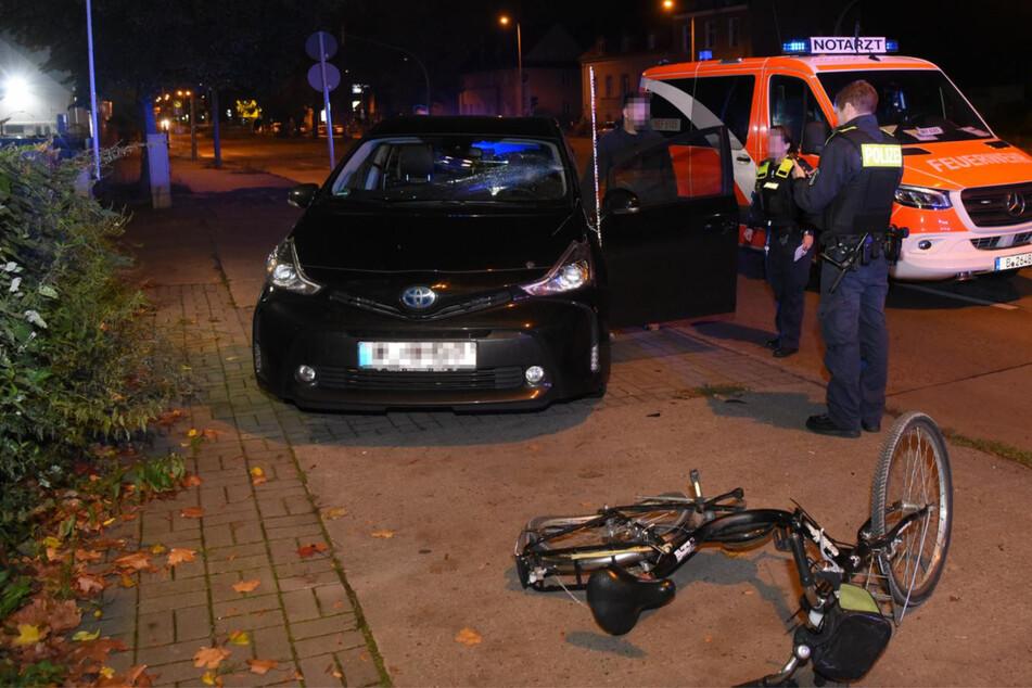 Radfahrer knallt mit Toyata zusammen und verletzt sich schwer