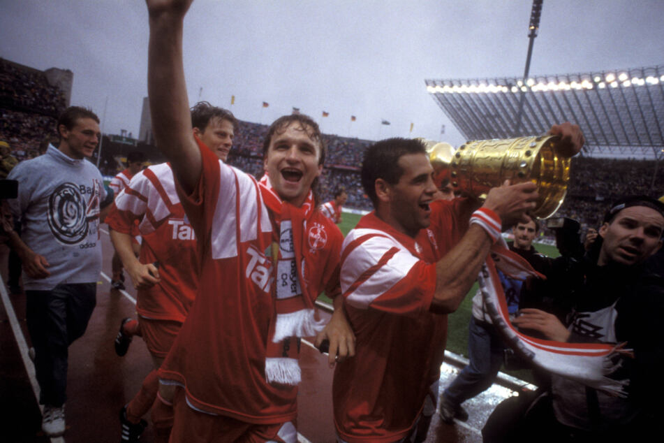 Heiko Scholz (M.) und Ulf Kirsten holten 1993 gemeinsam für Bayer Leverkusen den DFB-Pokal.