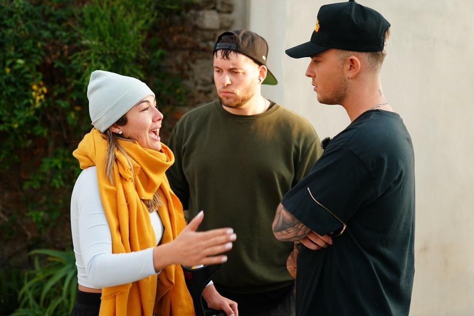 Katharina wollte in der Show bereits zwei Mal das Handtuch werfen, entschied sich aber nach einem Gespräch mit Juror Mike Singer (r.) doch dagegen.