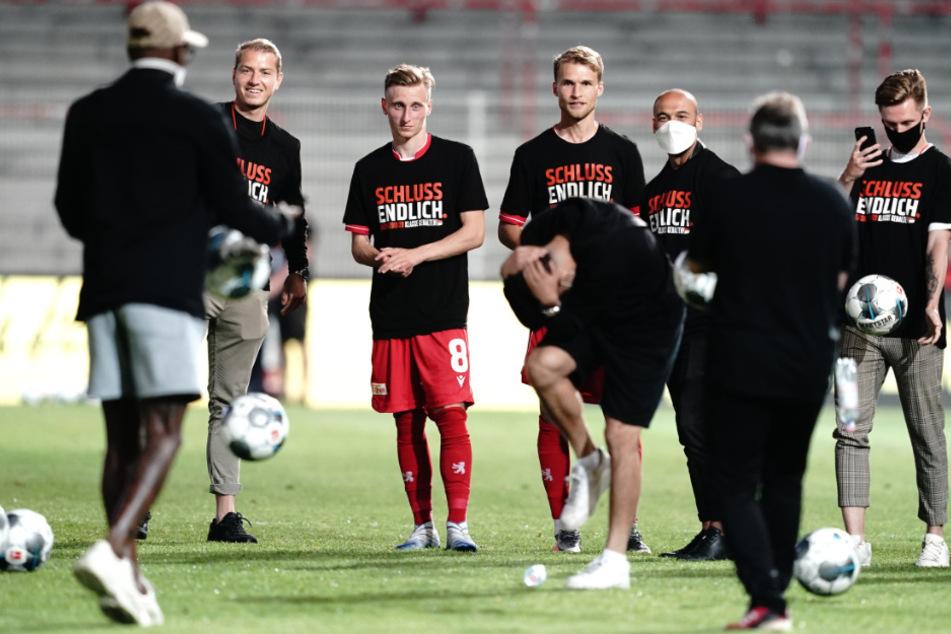 Berlins Spieler feiern nach dem Spiel den Klassenerhalt.