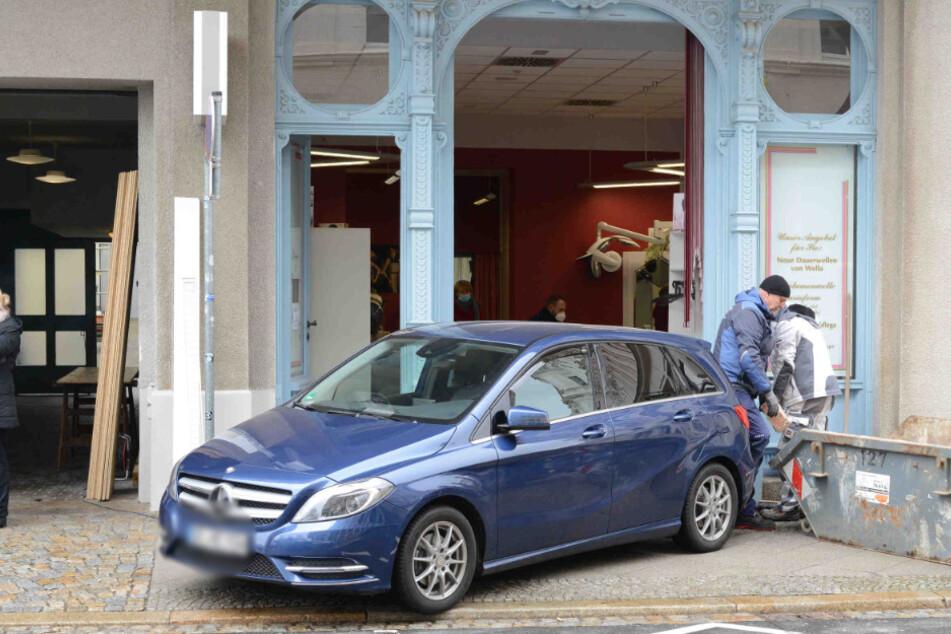 Ein blauer Mercedes krachte in den Friseursalon.