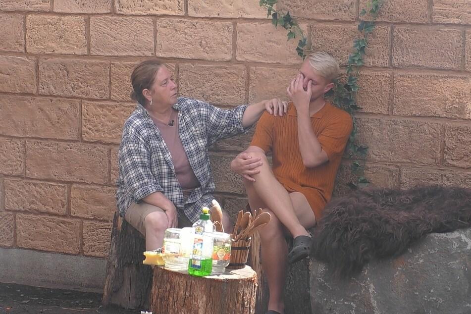 Aaron (25) lässt sich von Kathy (57) trösten.
