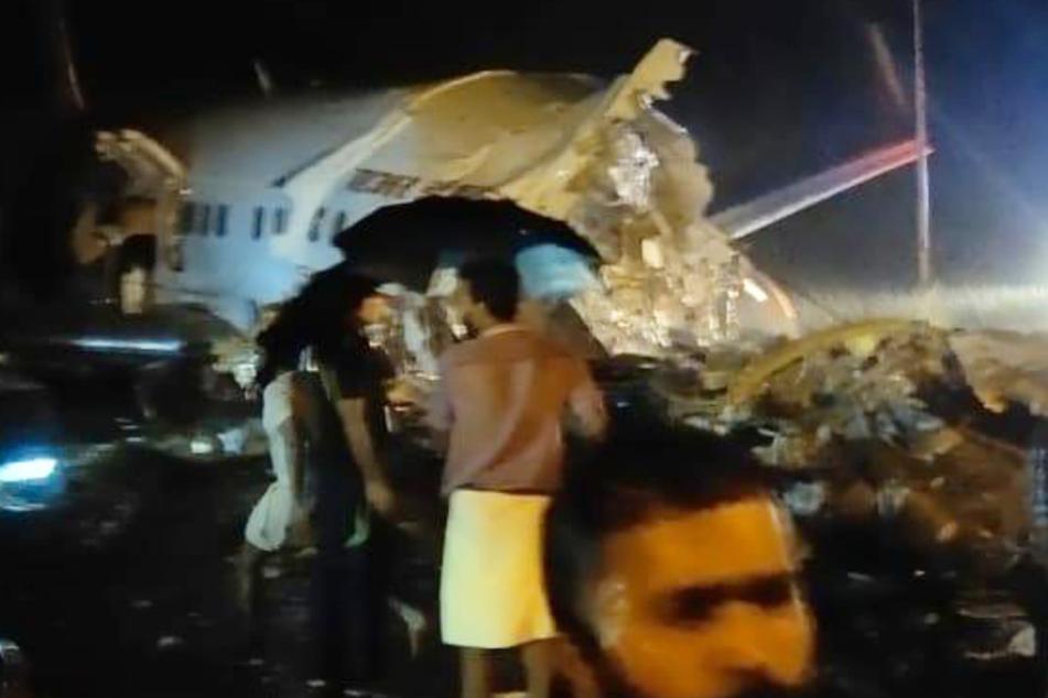 Flugzeug bei Landung in zwei Teile gebrochen: Mehrere Tote