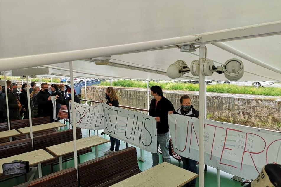 Mitarbeiter der Sächsischen Dampfschiffahrt protestieren.