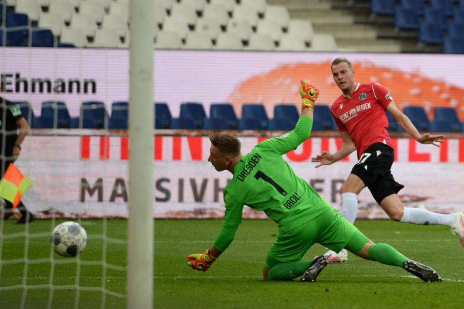 Aufgestanden, nicht sitzengeblieben: Dynamo-Keeper Kevin Broll konnte gegen Hannover nichts machen, hat seinen Farben in Wiesbaden den Sieg gerettet.