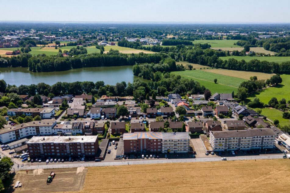Nordrhein-Westfalen, Verl: Diese Siedlung im Ortsteil Sürenheide ist überwiegend von Tönnies-Mitarbeitern bewohnt und steht teilweise unter Quarantäne.