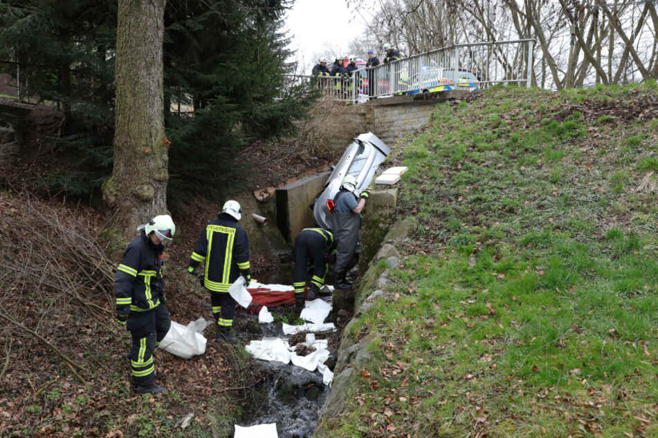 Polizei und Feuerwehr waren im Einsatz, um den Unfallort zu bereinigen.