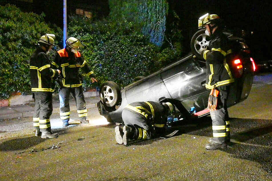 """""""Ich bin 30 gefahren"""": Auto überschlägt sich und bleibt auf Dach liegen"""