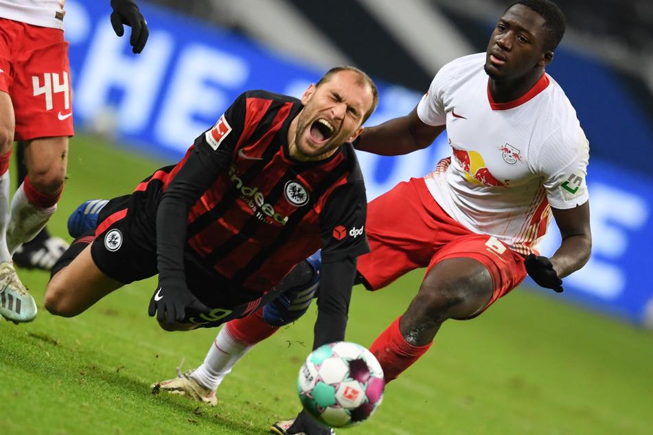 Auch Frankfurts Bas Dost (am Boden) - hier im Duell mit Leipzigs Ibrahima Konaté - konnte die Offensive der Eintracht nicht entscheidend beleben.