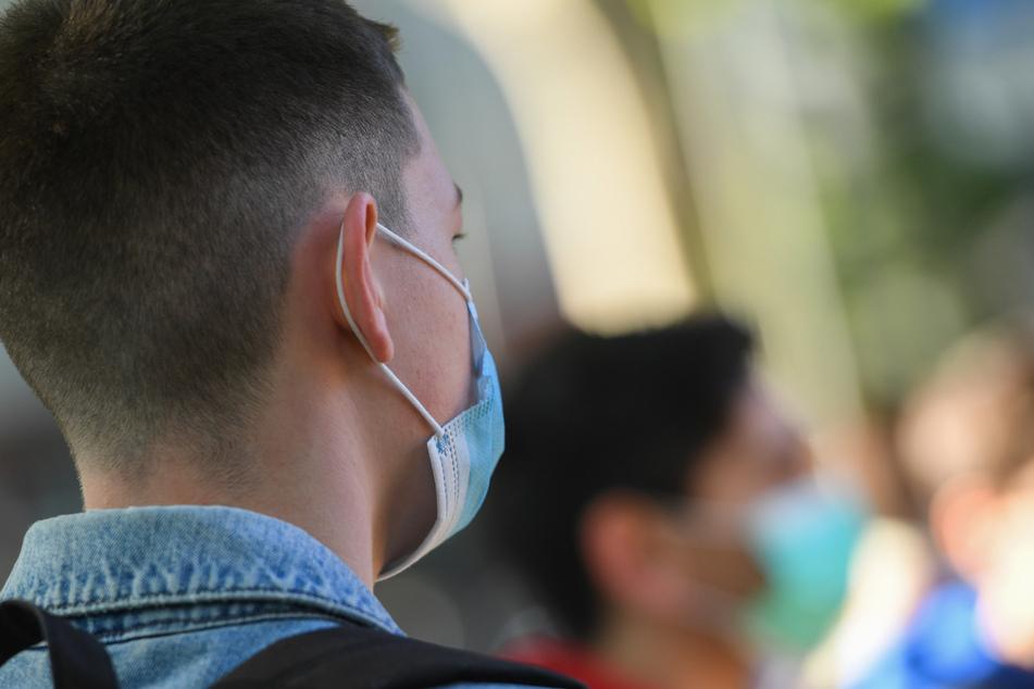 Ein Kind trägt eine Atemschutzmaske. (Archivbild)