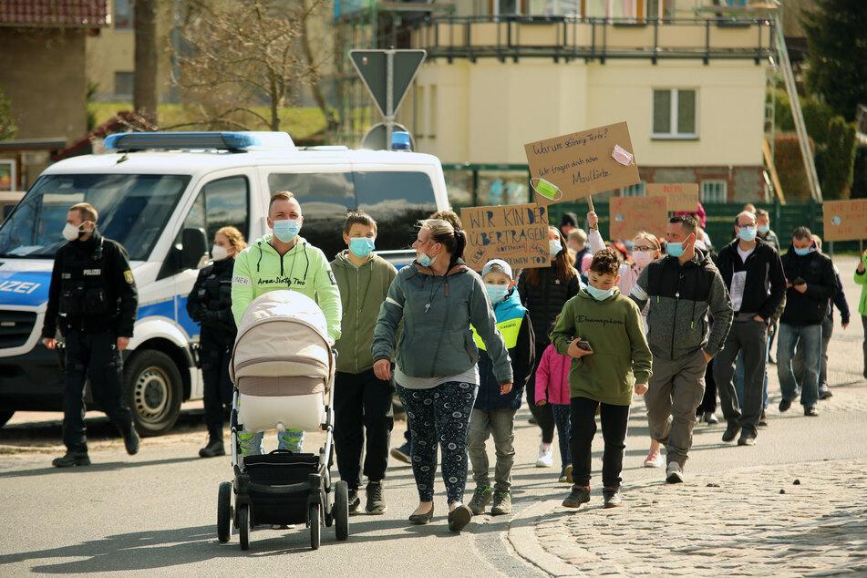 Demonstration: Menschen protestieren gegen Corona-Testpflicht bei Kindern