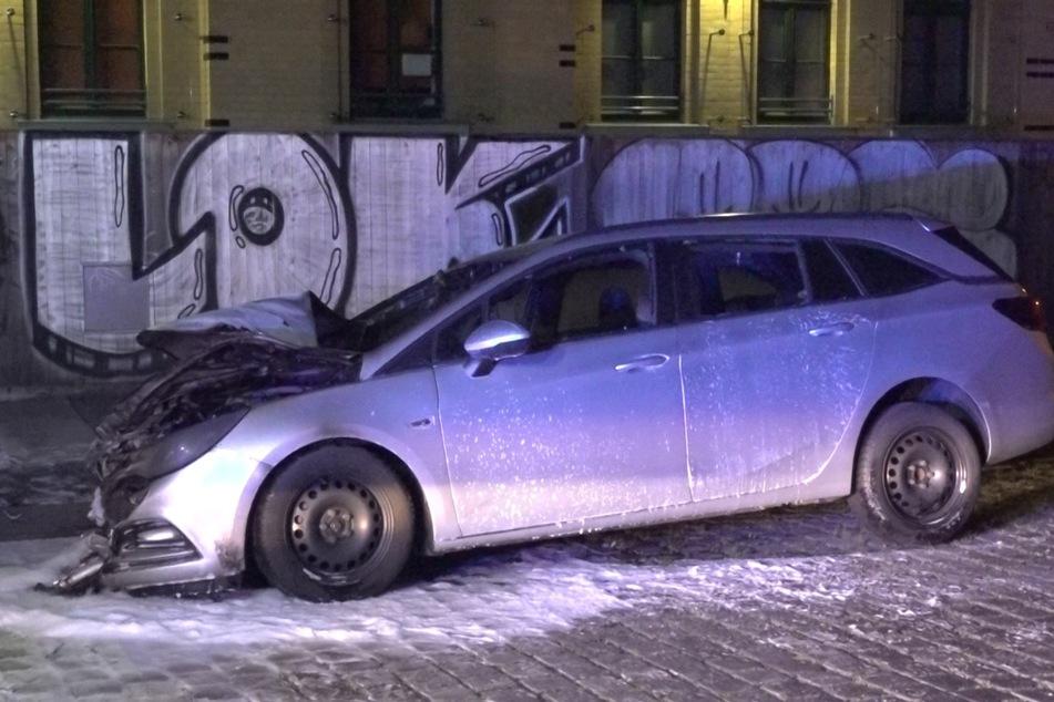 Das Auto fiel den Flammen zum Opfer und konnte nicht mehr gerettet werden.