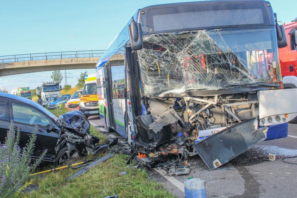 Sowohl die Busfahrerin als auch der Golf-Fahrer wurden bei dem Unfall schwer verletzt.