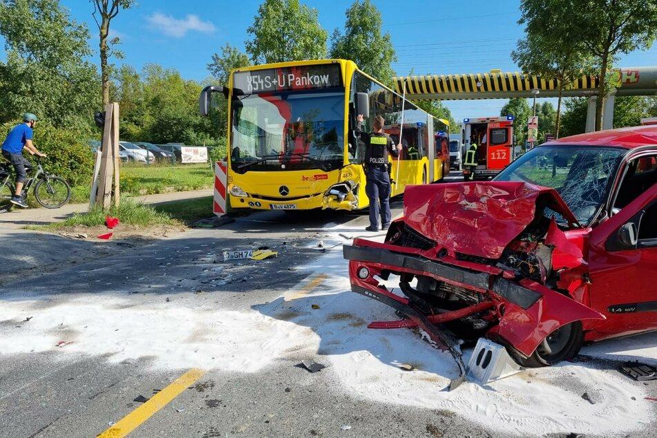 Nach dem heftigen Frontalcrash ist die Motorhaube des roten Renault Clio komplett eingedrückt. Am Bus ist ein Schaden an der linken vorderen Fahrzeugseite zu erkennen.