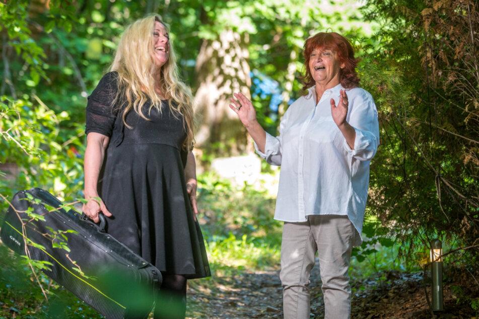 Katrin Wettin und Fatima Bispo (59) besprechen auf Katrins Waldgrundstück die Tournee durch Portugal.