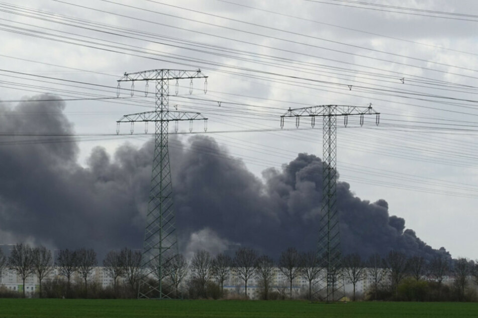 Eine Rauchwolke zieht über Häuser in Neu-Hohenschönhausen.