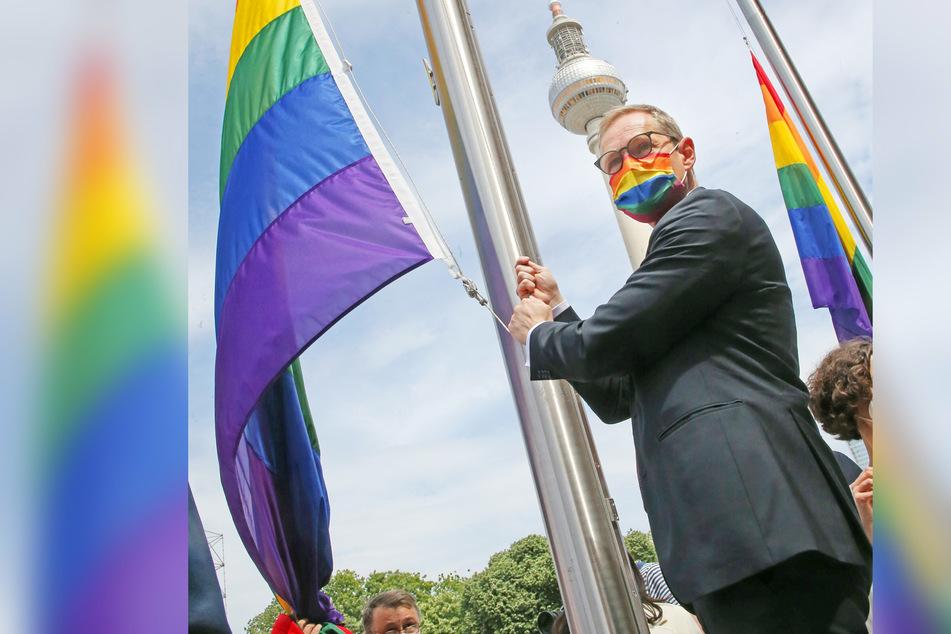 Berlin: Warum am Roten Rathaus jetzt Regenbogenflaggen wehen