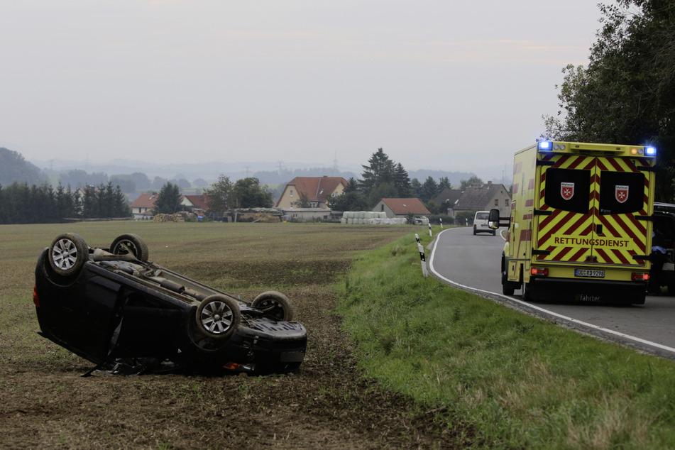 Die Fahrerin sei bei dem Unfall verletzt worden. Ein Krankenwagen war vor Ort.