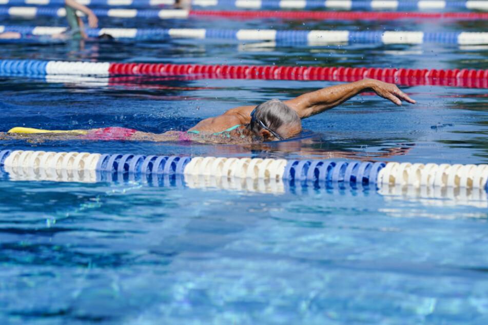 In einem Schwimmbad trat Chlor aus, Grund war eine undichte Stelle (Symbolfoto).