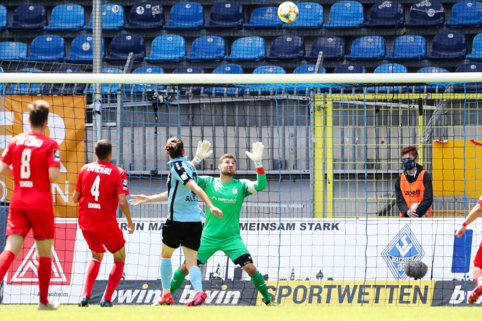 Johannes Brinkies (r.) hielt seinen Kasten in Mannheim sauber - die Grundlage für den gesicherten Verbleib des FSV Zwickau in der 3. Liga.