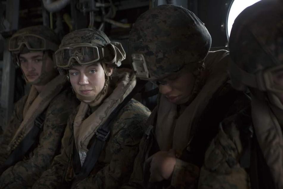 U.S. Marine Corps Sgt. Nicole L. Gee (†23) bei der Unterstützung von Evakuierungsmaßnahmen in Kabul. Sgt. Gee starb bei einem Angriff in der Nähe des internationalen Flughafens Hamid Karzai in Kabul.
