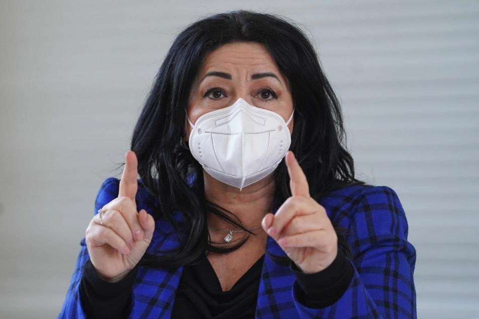 Berlins Gesundheitssenatorin Dilek Kalayci (54, SPD) unterstützt die Forderung, dass unter anderem Lehrerinnen und Lehrer früher als bisher vorgesehen eine Corona-Schutzimpfung bekommen.