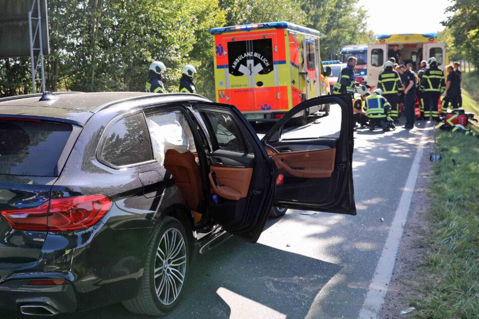 Schwerer Unfall auf der Landstraße: Biker kracht ungebremst in Auto