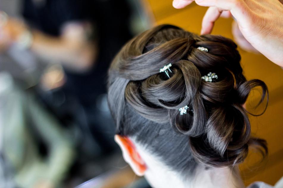 Die Frau bot unter anderem Brautfrisuren und Hairstyling an. (Symbolfoto)