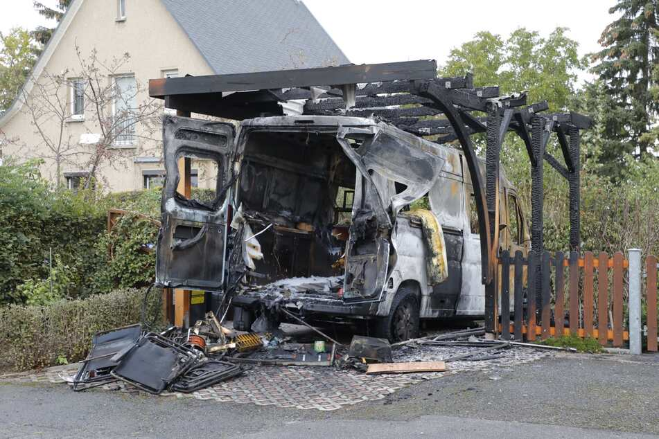 In der Württemberger Straße brannte ein Wohnmobil samt Carport ab.