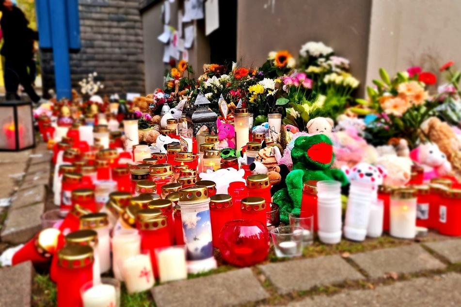 Die Menschen stellten Kerzen und Blumen ab.