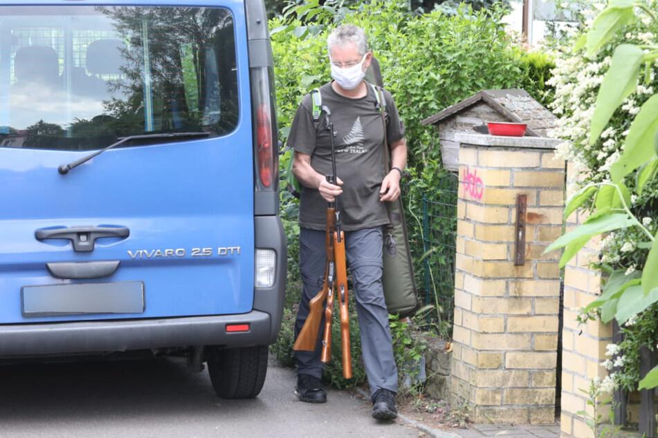Die Einsatzkräfte prüfen die gesammelten Waffen aus dem Haus.