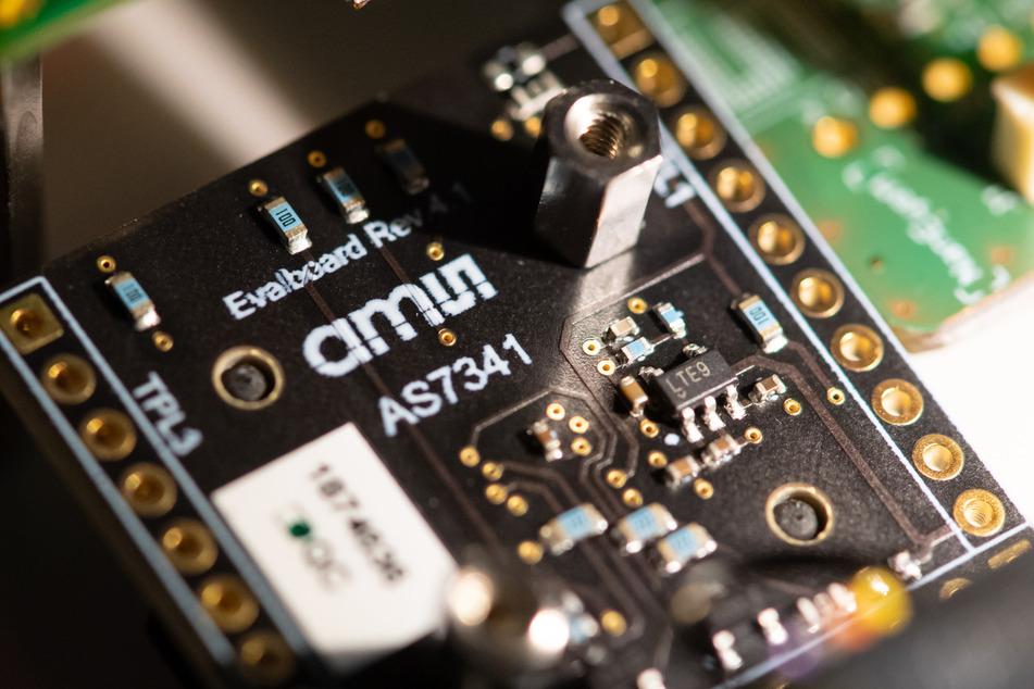 Eine Platine mit Sensortechnik von AMS ist während einer Pressekonferenz zu sehen. (Archivbild)