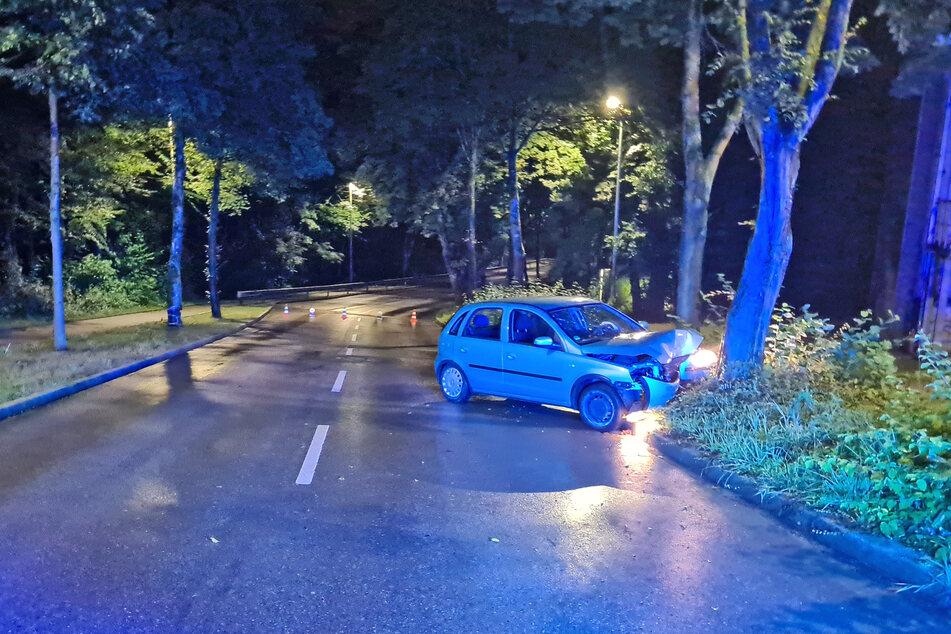 Der 20-jährige Fahrer ist von der Straße abgekommen und frontal mit einem Baum kollidiert.