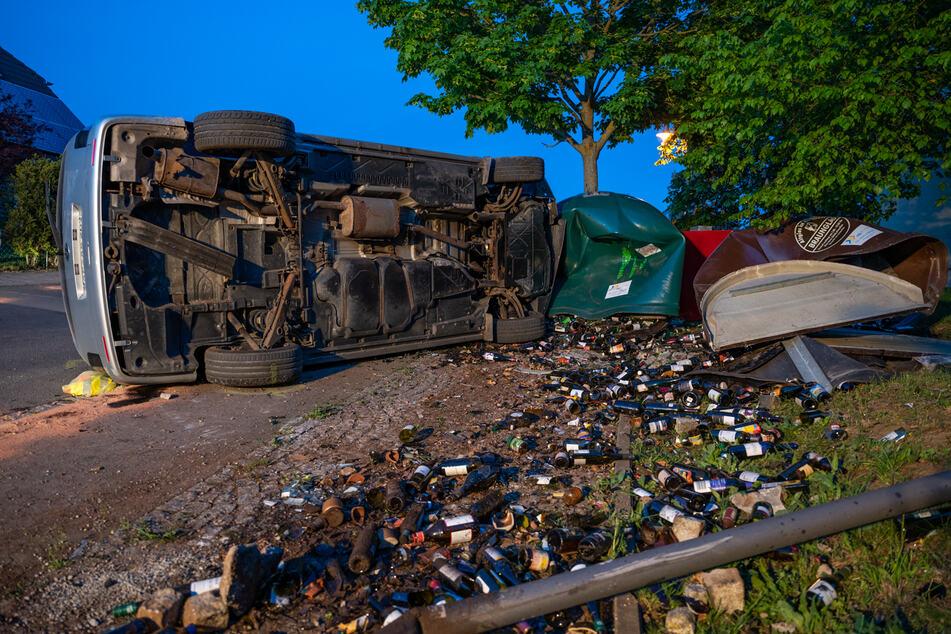 Ein VW-Kleintransporter krachte am Sonntagabend in mehrere Glascontainer.