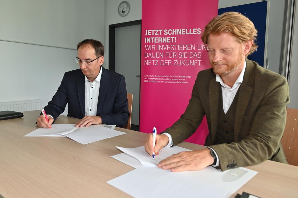 Telekom-Regionalmanager Hendrik König (l.) und Baubürgermeister Michael Stötzer (49) unterzeichnen den Vertrag.
