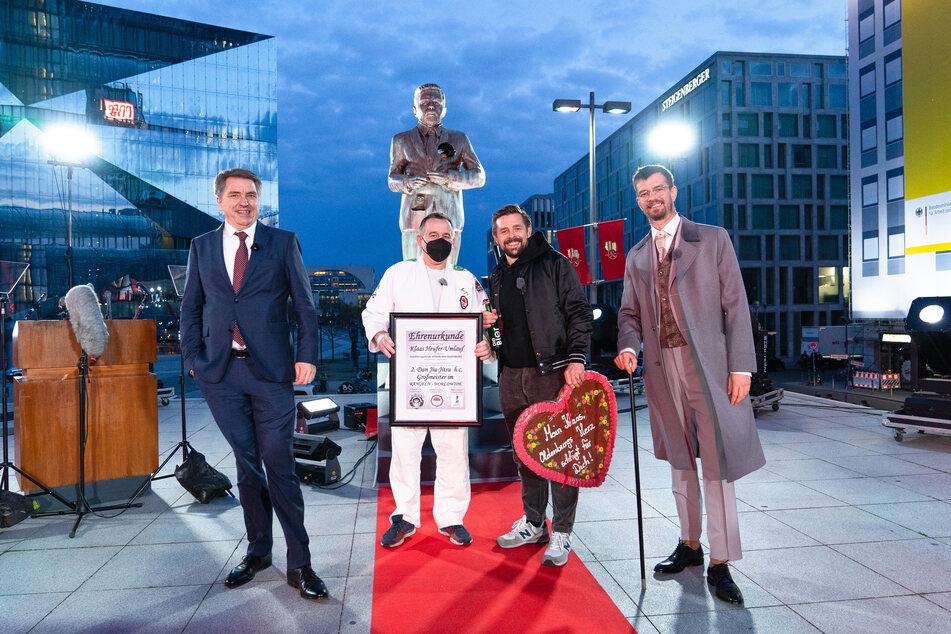 Jürgen Krogmann (57, l.), Oberbürgermeister von Oldenburg, Klaas Heufer-Umlauf (37, 2.v.r) und Joko Winterscheidt (42, r.) stehen vor der Statue am Berliner Hauptbahnhof.