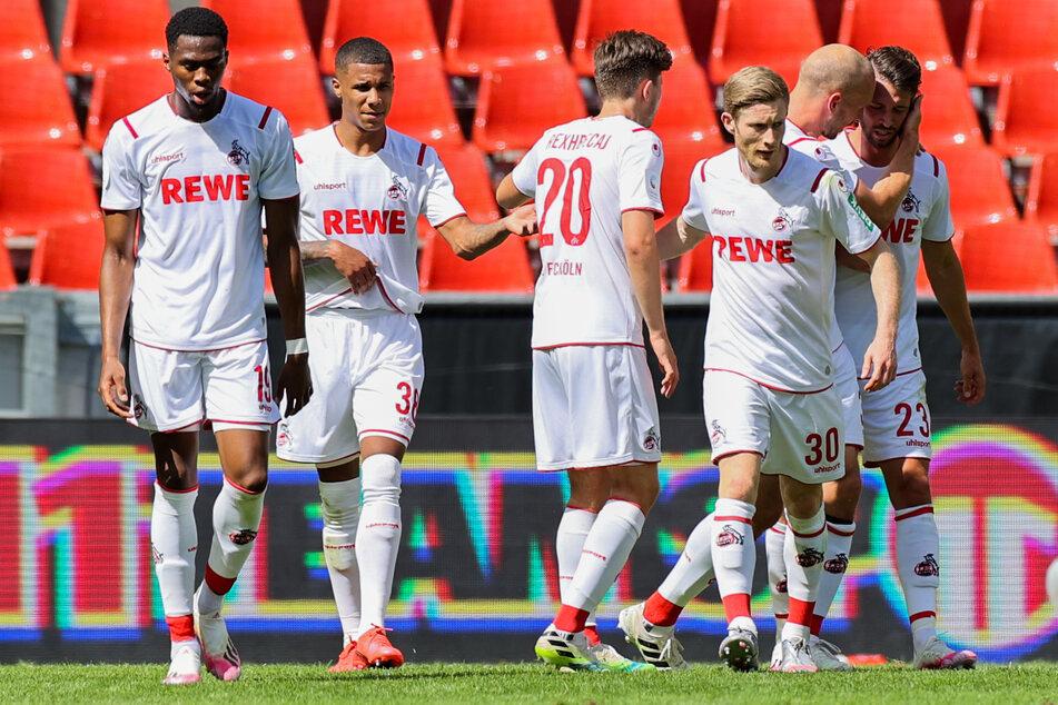Die Kölner Kingsley Ehizibue, Ismail Jakobs, Elvis Rexhbecaj und Mark Uth (v.l.n.r.) freuen sich über das Tor zum 1:0 durch Florian Kainz (3.v.r.).