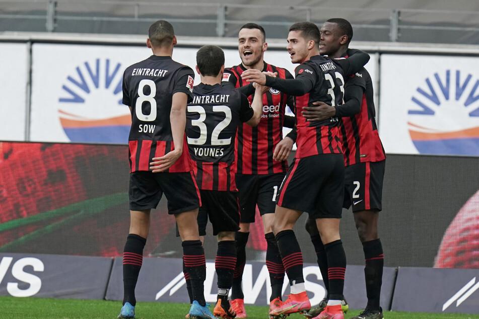 Die Eintracht bejubelt den 1:1-Ausgleich von Filip Kostic (Mitte).