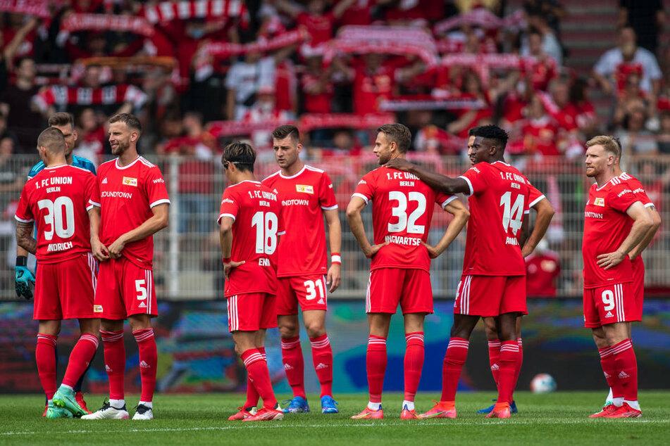 Die Spieler des 1. FC Union Berlin stehen vor dem Freundschaftsspiel gegen Athletic Bilbao auf dem Rasen in der Alten Försterei. Die Eisernen sind in der Vorbereitung auf die neue Bundesliga-Saison ungeschlagen geblieben.