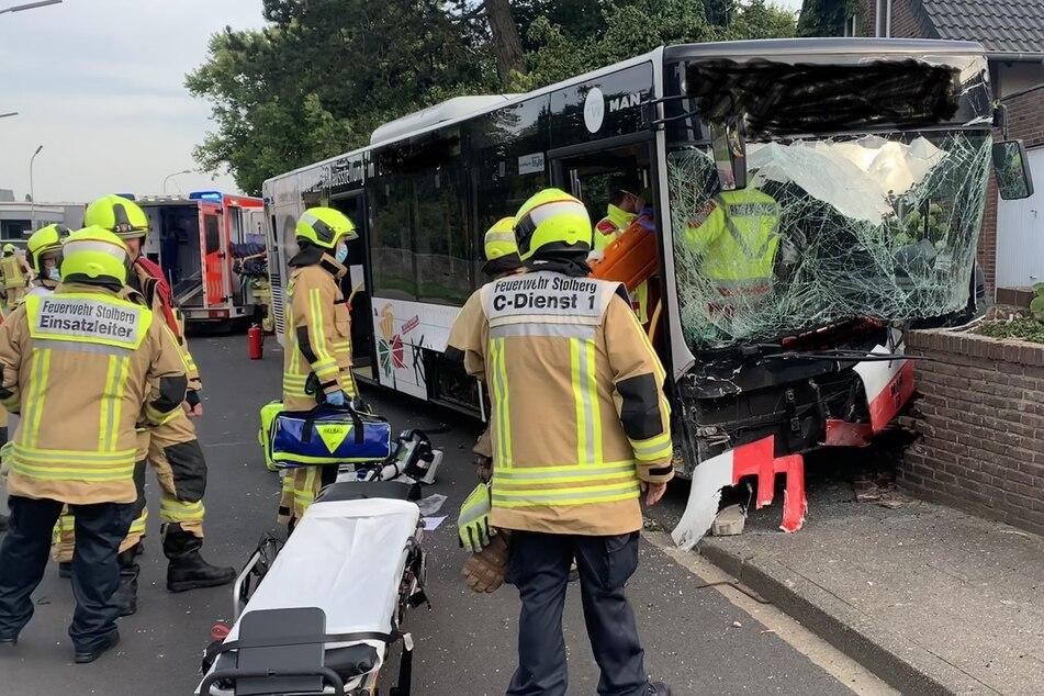 Der Linienbus war von der Straße abgekommen und gegen eine Mauer geprallt. Der Busfahrer erlitt schwere Verletzungen.