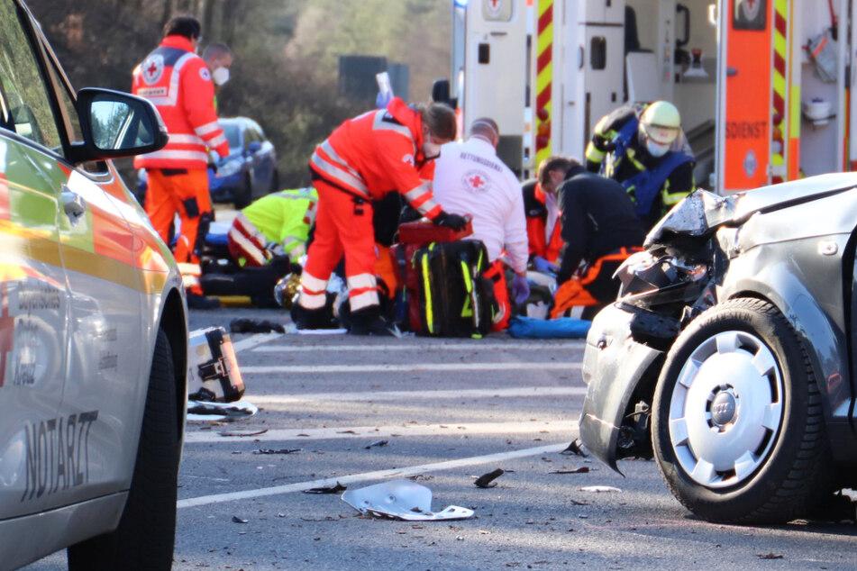 Auto rammt Motorrad: Mehrere Schwerverletzte
