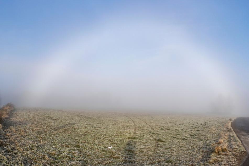 Ein seltener weißer Nebelbogen spannte sich bei Annaberg über die Landschaft.