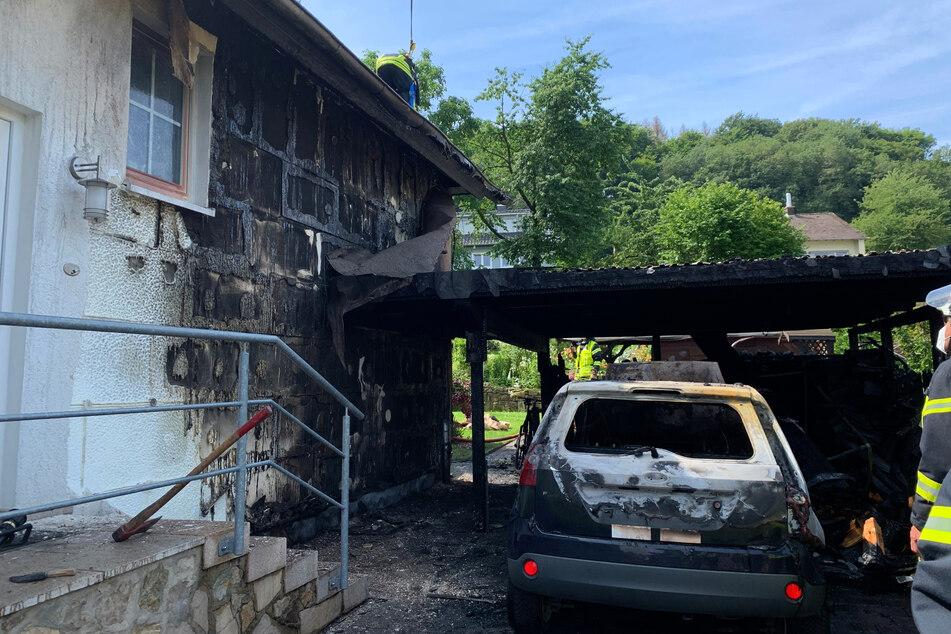 Kaum hatte die Frau das Auto gestartet, knallte es plötzlich. Kurz darauf stand alles in Flammen.