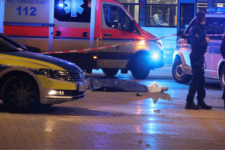 Ein Erstochener liegt im Leipziger Bahnhofsviertel. Im vergangenen Jahr gab es im Freistaat 21 Morde und vollendete Tötungsverbrechen.