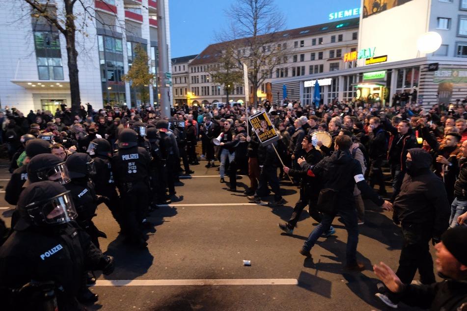 """Bei der """"Querdenken""""-Demo in Leipzig kam es zu mehreren Zusammenstößen."""