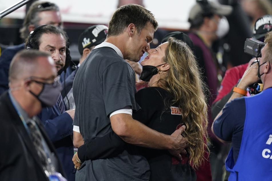 Mit seinem Team Tampa Bay Buccaneers gewann der Quarterback Tom Brady (43) den Superbowl 2021. Den Sieg feiert er mit Ehefrau Gisele Bündchen (r).