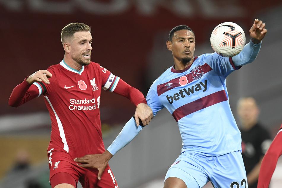 Stürmer Sébastien Haller (26/r.), noch im Trikot von West Ham United, im Duell mit Jordan Henderson (30) vom FC Liverpool (Archivbild).