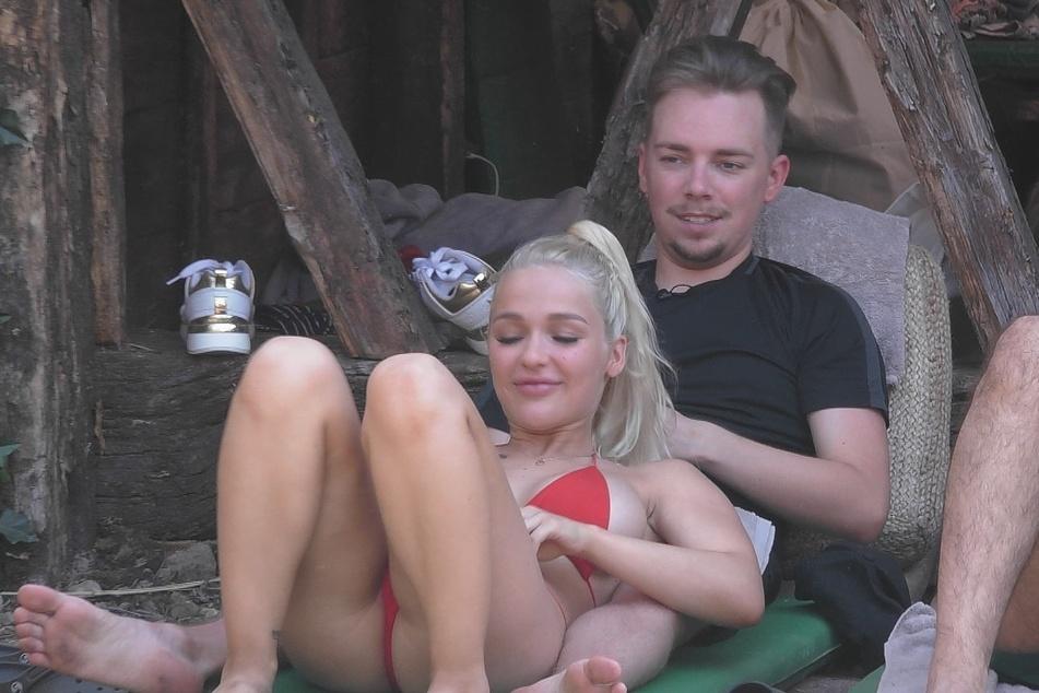 Emmy Russ und Udo Bönstrup gehen auch auf Tuchfühlung. Aber nicht mehr lange... Er ist jetzt im Märchenschloss. Icke landete im Wald.